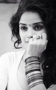 Actor Piaa Bajpai in Abhiyum Anuvum, Actor Piaa Bajpai photos, videos in Abhiyum Anuvum