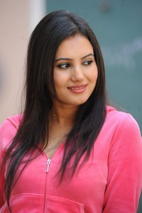 Actor Anusmrithi in Heroine, Actor Anusmrithi photos, videos in Heroine