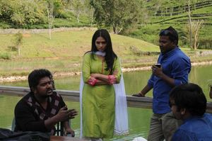 Sunaina, RJ Balaji, Bala Saravanan and Director Deekay on the sets of Kavalai Vendam