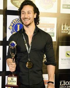 Handsome Hunk Tiger Shroff Won the Young Star Of The Year Award at the Lions Gold Awards 2016