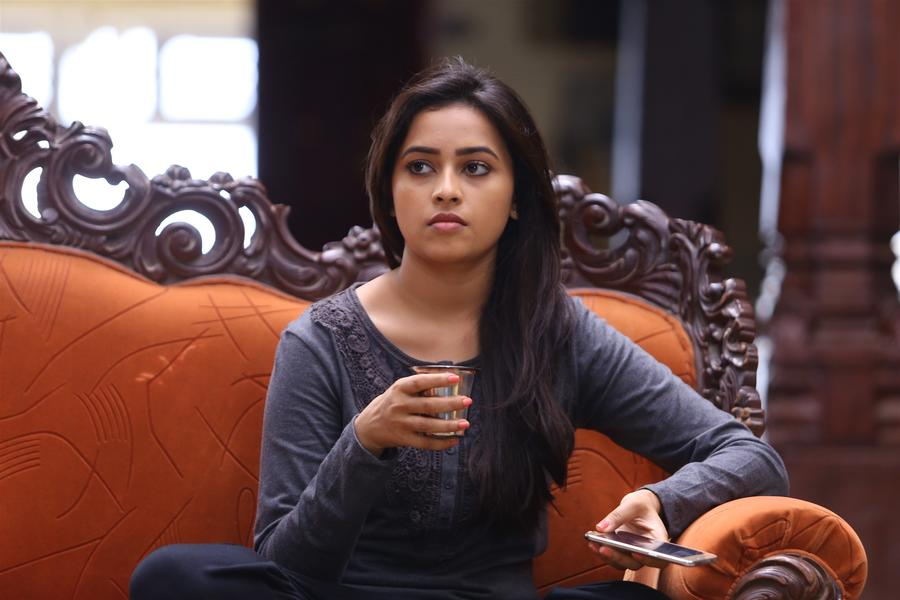 Sri Divya stills from Sangili Bungili Kadhava Thorae