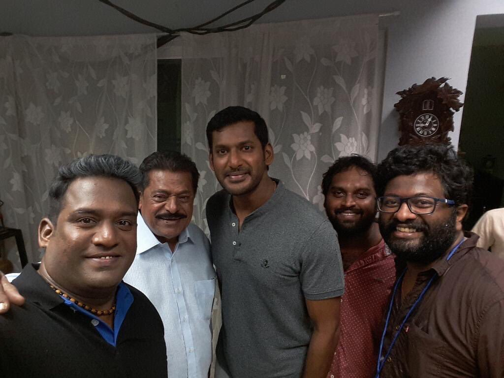 Amidst heavy #ChennaiRains #Vishal #IrumbuThirai team shoots at busiest #RichieStreet #MountRoad